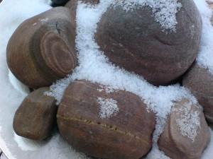 Streifensteine im Schnee