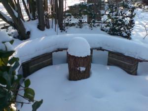 Weiches Schneepolster auf der Schattenbank