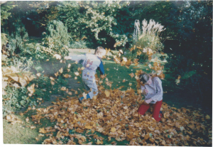 Kinder im Laubhaufen